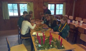 Der laves jule dekorationer og flettes julestjernet